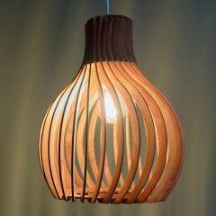 Opis PL2 - Lámpara marrón de techo fabricada en madera y compuesta de piezas curvas y elegantes