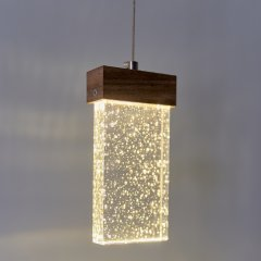 Opis PL4 - Lámpara colgante regulable fabricada en vidrio de burbujas, madera y metal con forma de prisma rectangular