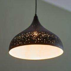 Opis PL3 - Lámpara de pantalla metálica rústica con un singular diseño de agujeros en varios tamaños