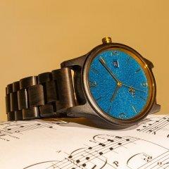 Opis UR-U1: Die klassische Unisex Retro Holz Armbanduhr aus Schwarzem Sandelholz mit einzigartigem, geprägten Ziffernblatt in Blau und mit Goldenen Metallkomponenten