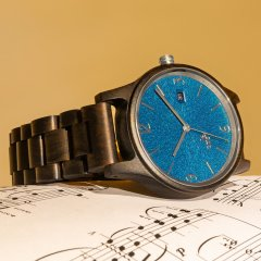 Opis UR-U1: The Classic Unisex Retro Wooden Wrist Watch made from Black Sandalwood with Unique Embossed Dial Face in Blue with Silver metal parts