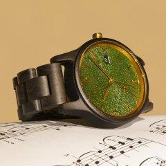Opis UR-U1: Die klassische Unisex Retro Holz Armbanduhr aus Schwarzem Sandelholz mit einzigartigem, geprägten Ziffernblatt in Grün mit Goldenen Metallkomponenten