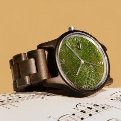 Opis UR-U1: Die klassische Unisex Retro Holz Armbanduhr aus Schwarzem Sandelholz mit einzigartigem, geprägten Ziffernblatt in Grün mit Silbernen Metallkomponenten