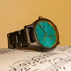 Opis UR-U1: The Classic Unisex Retro Wooden Wrist Watch made from Black Sandalwood with Unique Embossed Dial Face in Turquoise and Gold metal parts