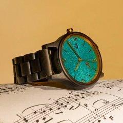 Opis UR-U1: Die klassische Unisex Retro Holz Armbanduhr aus Schwarzem Sandelholz mit einzigartigem, geprägten Ziffernblatt in Türkis mit Goldenen Metallkomponenten