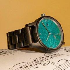 Opis UR-U1: Die klassische Unisex Retro Holz Armbanduhr aus Schwarzem Sandelholz mit einzigartigem, geprägten Ziffernblatt in Türkis mit Silbernen Metallkomponenten